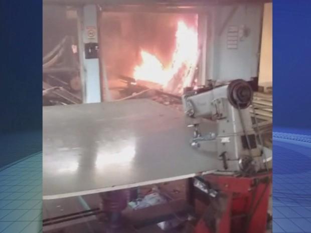 Fogo começou dentro da fábrica em Araçatuba (Foto: Reprodução / TV TEM)