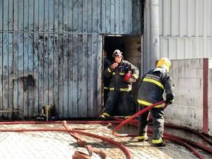 Bombeiros combatem incêndio em fábrica de Juiz de Fora (Foto: Fernando Gonçalves/G1)