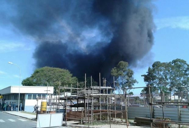 Incêndio consome galpão de fábrica em Betim