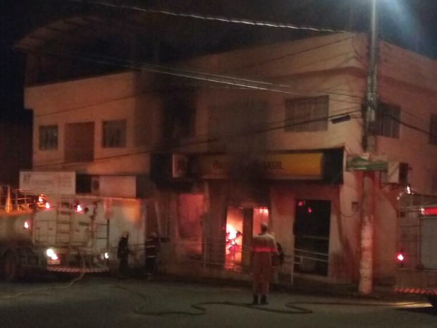 Incêndio no Banco do Brasil de Conceição do Castelo (Foto: VC no ESTV)
