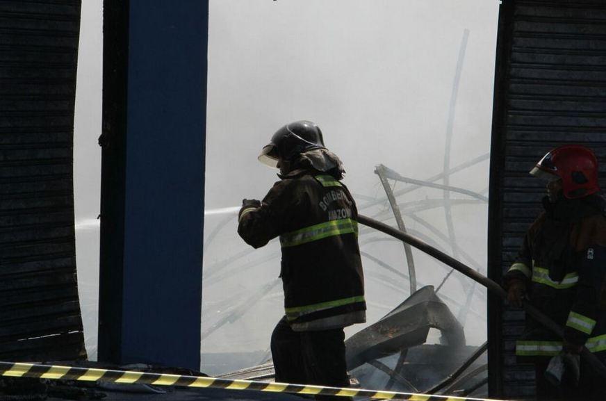 O incêndio de grandes proporções ocorreu na loja de colchões Ortobom, localizada na rua Belo Horizonte, bairro Adrianópolis / Foto: Euzivaldo Queiroz