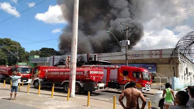 O incêndio de grandes proporções ocorreu na loja de colchões Ortobom, localizada na rua Belo Horizonte, bairro Adrianópolis / Foto: Milena de Castro