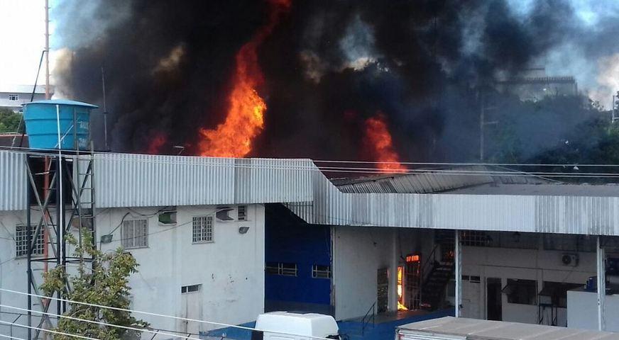 O incêndio de grandes proporções ocorreu na loja de colchões Ortobom, localizada na rua Belo Horizonte, bairro Adrianópolis / Foto: Laura Rafaela