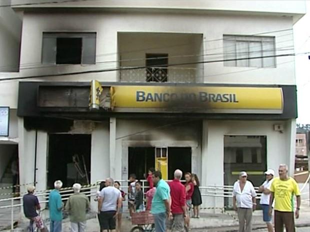 Banco do Brasil foi incendiado (Foto: Reprodução/ TV Gazeta)
