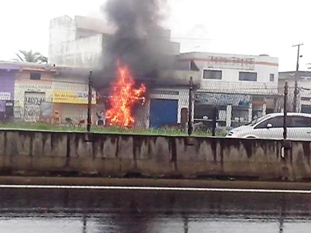 Incêndio atingiu comércio por volta das 11h30 desta segunda-feira (Foto: Johnny Rodrigues/Arquivo Pessoal)