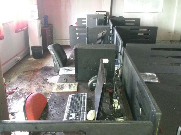 Princípio de incêndio atingiu equipamentos e documentos da Prefeitura de Santana (Foto: CBM/Divulgação)