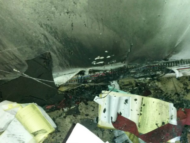 Papeis e arquivo da Secretaria de Finanças foram destruídos (Foto: CBM/Divulgação
