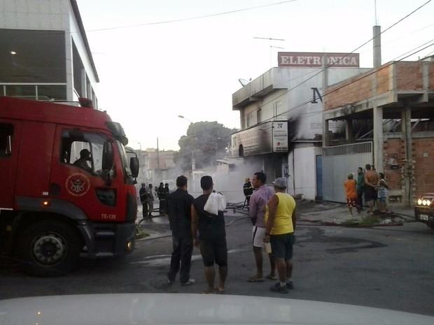 Bombeiros apagam fogo em loja na Serra (Foto: VC no ESTV)