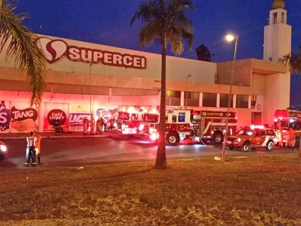 Fachada do Supercei às margens da EPTG; supermercado sofreu incêndio na madrugada desta terça-feira (7) (Foto: Corpo de Bombeiros DF/Divulgação)