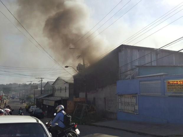 O galpão afetado pelo fogo seria utilizado para guardar isopor (Foto: Divulgação/Corpo de Bombeiros)