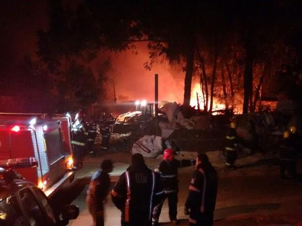 Cinco caminhões dos bombeiros foram até local para atender ocorrência (Foto: Dayanne Rodrigues/RBS TV)