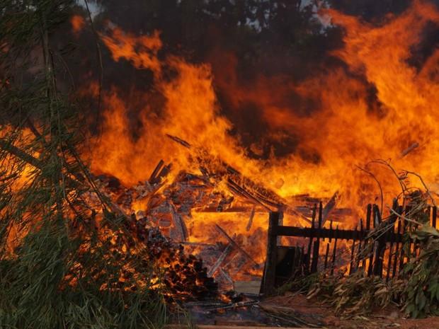 Incêndio destruiu marcenaria em poucas horas. (Foto: Kleyton Santos/Arquivo Pessoal)