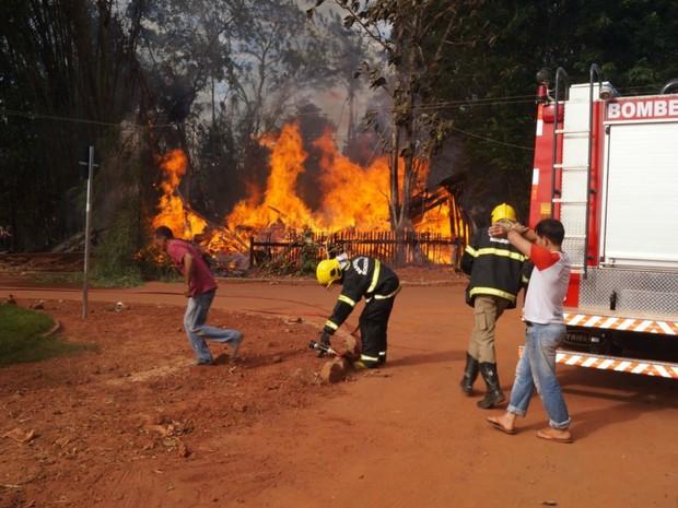 Corpo de Bombeiros controlou o fogo antes que atingisse residências vizinhas. (Foto: Kleyton Santos/Arquivo Pessoal)