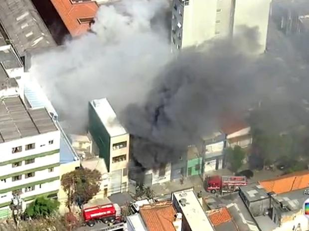 Incêndio atinge galpão na Zona Leste de São Paulo (Foto: Reprodução/TV Globo)