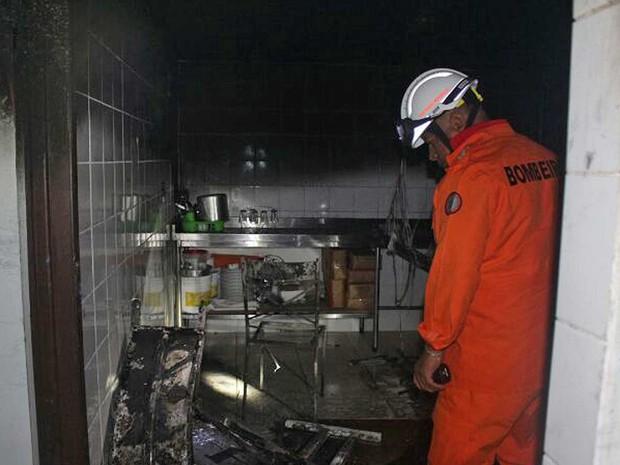 Bombeiro observa estragos provocados por incêndio que tomou na madrugada desta quarta-feira (15) uma padaria da 105 Sul, em Brasília (Foto: Corpo de Bombeiros DF/Divulgação)