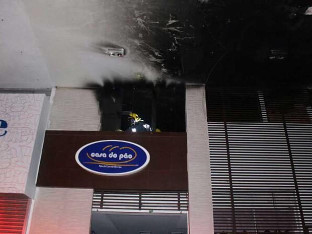 Marcas de incêndio no teto de padaria da 105 Sul, em Brasília, que foi tomada por fogo na madrugada desta quarta-feira (15) (Foto: Corpo de Bombeiros DF/Divulgação)