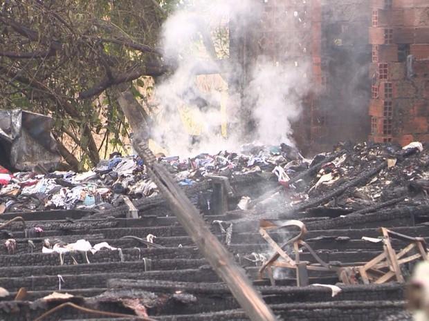 Fogo destruiu galpão onde funcionava empresa em Blumenau (Foto: José Carlos Rocha/RBS TV)