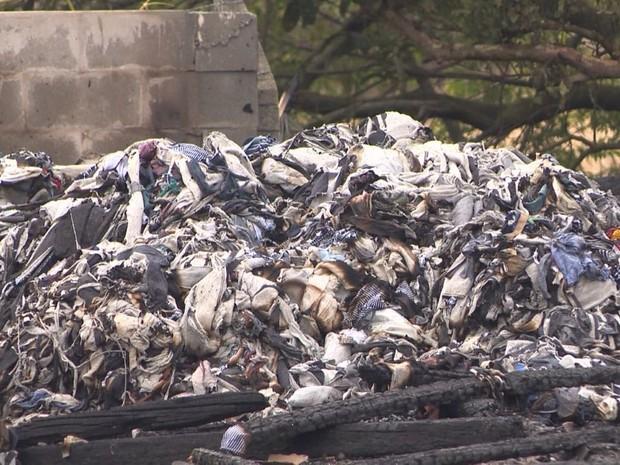 Equipe precisou de 15 mil litros de água para acabar com as chamas (Foto: José Carlos Rocha/RBS TV)