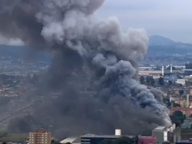 Fumaça prejudica visão na Rodovia Presidente Dutra (Foto: Reprodução/TV Globo)