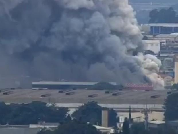 Incêndio atingia galpão, na tarde desta segunda-feira (20), em Guarulhos (Foto: Reprodução/TV Globo)
