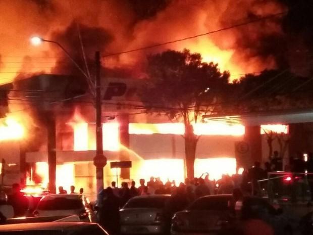 Incêndio atinge a loja Ponto de Luz, em Linhares (Foto: VC no ESTV)