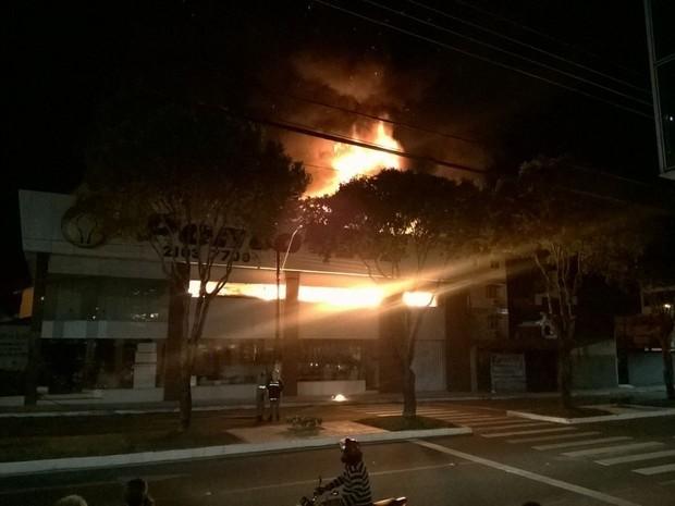 Fogo na loja Ponto de Luz em Linhares (Foto: VC no ESTV)