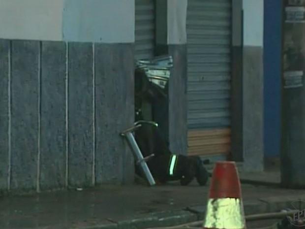 O Corpo de Bombeiros arrombou a porta do depósito para poder controlar as chamas (Foto: Reprodução/EPTV)