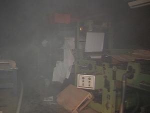 Fogo começou no subsolo da fábrica, segundo bombeiros (Foto: Reprodução/TV TEM)