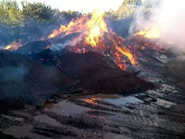 Bombeiros em Uberlândia controlam fogo em galpão no Bairro Industrial (Foto: Corpo de Bombeiros/Divulgação)