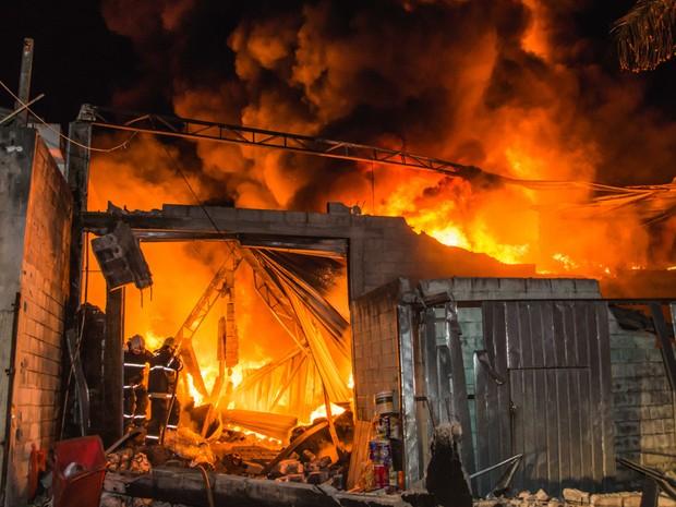 Incêndio destruiu galpão que armazenava grande plástico (Foto: Leonardo Catuzo/Arquivo pessoal)
