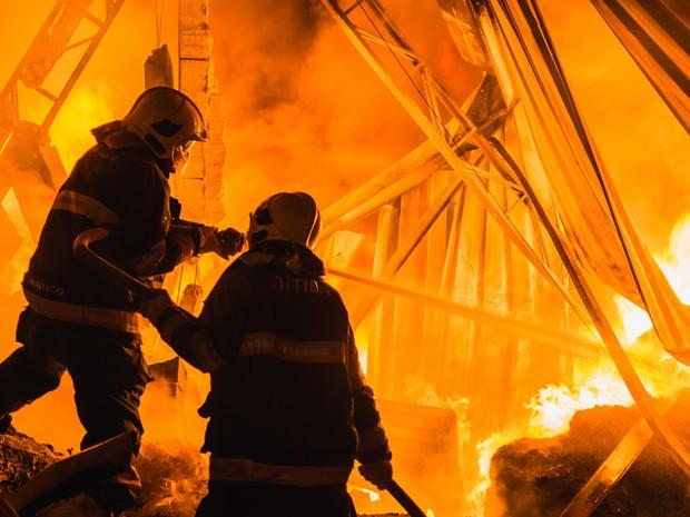 Bombeiros demoraram nove horas para controlar as chamas (Foto: Leonardo Catuzo/Arquivo pessoal)