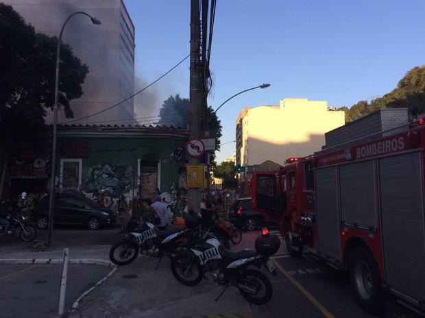 Incêndio destruiu parte de uma oficina na rua General Polidoro, em Botafogo (Foto: Cristina Boeckel/G1)