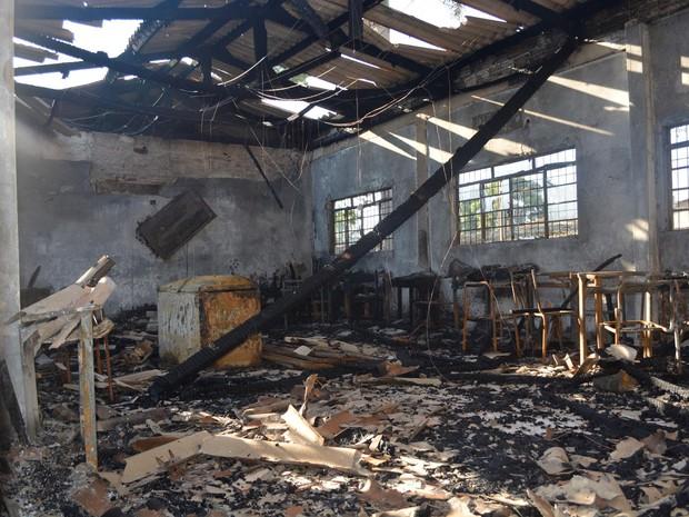 Incêndio destruiu sala de informática, refeitório e cozinha em escola de Ariquemes (Foto: Jeferson Guedes/G1)