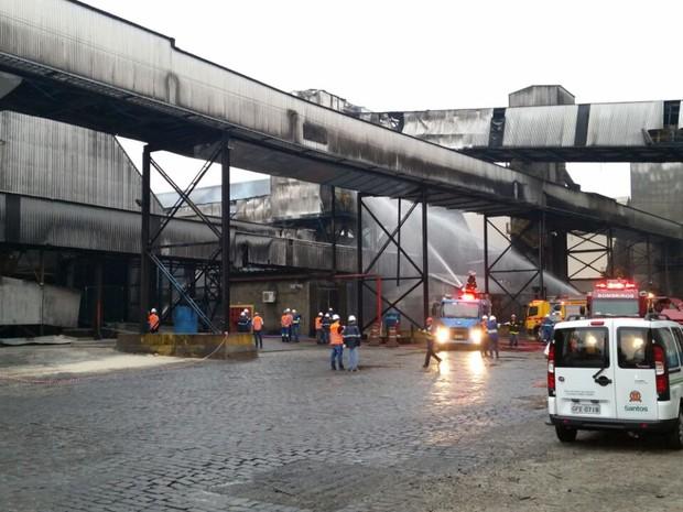 O fogo começou por volta das 4h30 desta quinta-feira, em Santos (Foto: G1)