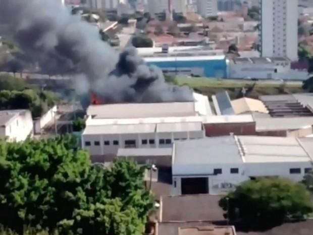 Fumaça em incêndio em Bauru chamou atenção (Foto: Reprodução / TV TEM)