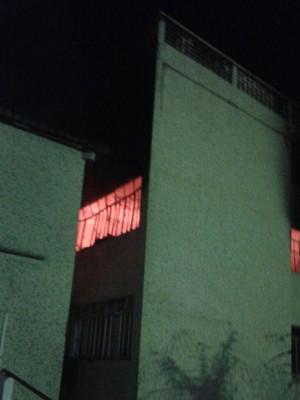 Bombeiros combatem fogo no Complexo Santa Cruz, em Poços de Caldas (Foto: Corpo de Bombeiros)