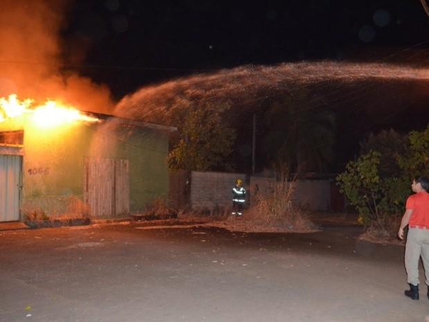 Incêndio foi contido pelos Bombeiros antes que atingisse residências vizinhas (Foto: Jaru Online/Reprodução)