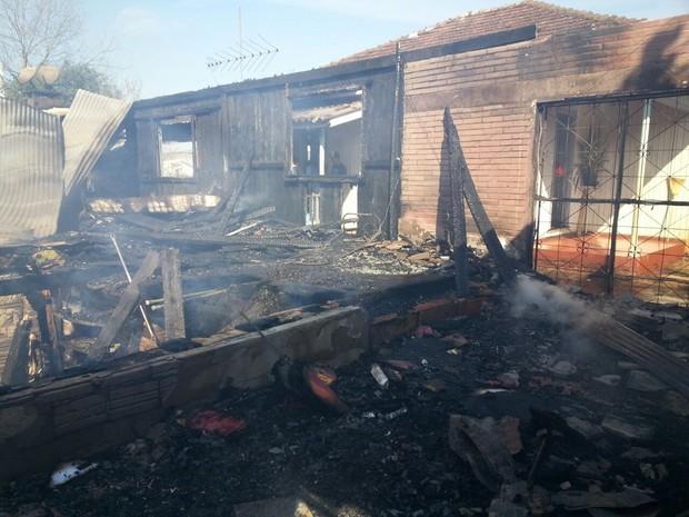 Incêndio destruiu sapataria e loja em Rondinha (Foto: Divulgação/Bombeiros Voluntários de Sarandi)