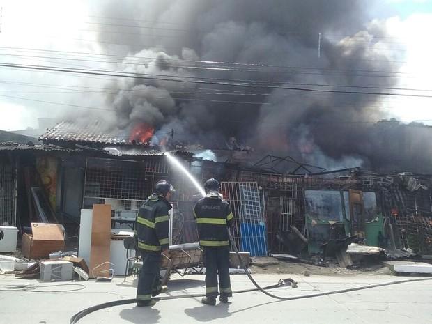 Incêndio na Vila Cardeal E Silva (Foto: Aldo Carneiro/ Pernambuco Press)