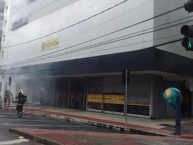 Incêndio aconteceu na manhã deste domingo (24) (Foto: Elis Carvalho/ A Gazeta)