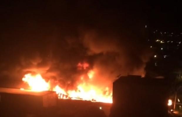 Incêndio de grandes proporções atinge loja de pneus, em Caldas Novas (Foto: Reprodução/TV Anhanguera)