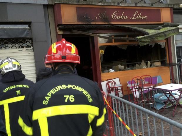 Bombeiros em frente ao bar Au Cuba Libre, onde 13 pessoas morreram e seis ficaram feridas após incêndio (Foto: Clotaire Achi/Reuters)