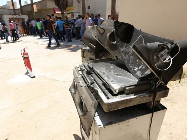 Incubadora queimada no incêndio no hospital Yarmuk, em Bagdá, no Iraque, nesta quarta-feira (10) (Foto: Sabah Arar / AFP)
