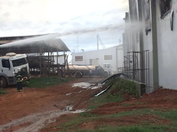 Bombeiros de Tupã trabalham para controlar incêndio (Foto: Corpo de Bombeiros/Divulgação)