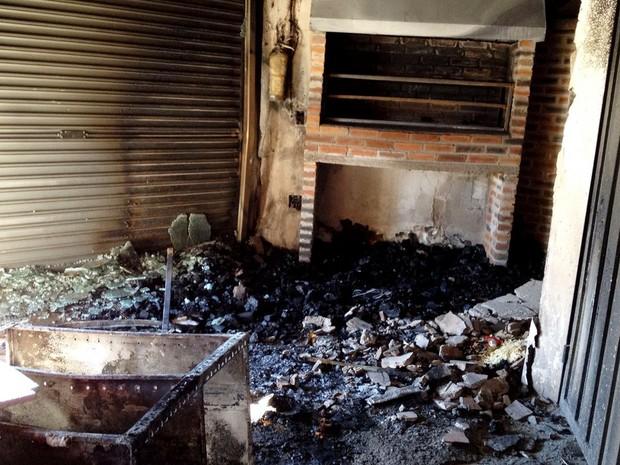 Incêndio atingiu o salão principal da espetaria (Foto: Heloise Hamada/G1)