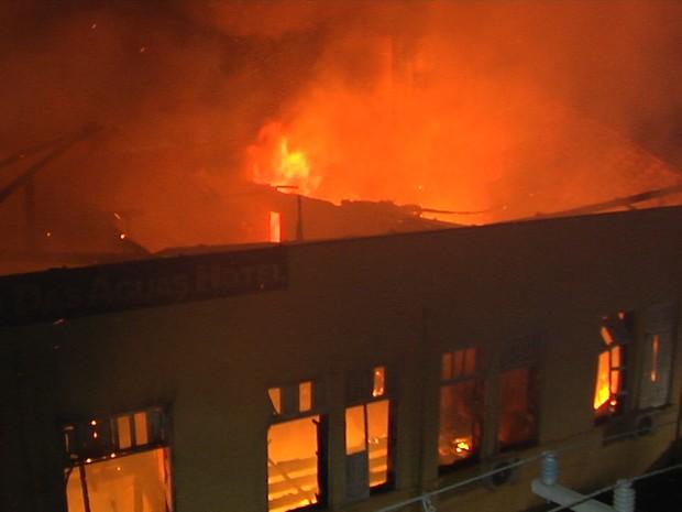 Chamas foram maiores na estrutura do hotel (Foto: Reprodução/TV Tapajós)