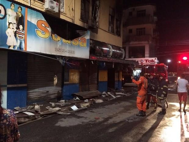 Segundo relatos, primeira loja atingida pelo fogo foi um armarinho (Foto: João Carlos Brasil/TV Tapajós)