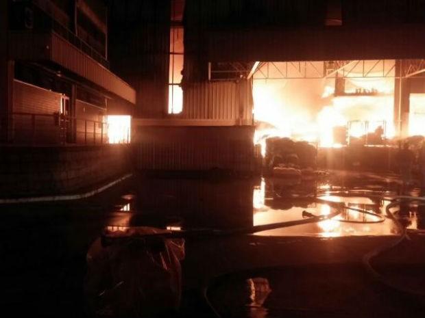 Incêndio atingiu galpão de produtos plásticos de indústria (Foto: Corpo de Bombeiros/Divulgação)