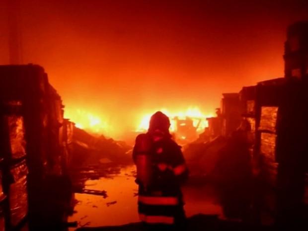Incêndio de grandes proporções destrói depósito de fábrica de cobertores (Foto: Reprodução/EPTV)