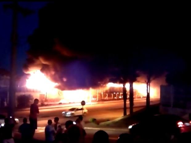Chamas atingiram fiação elétrica em rua de empresa de Limeira (Foto: Andre Dias)